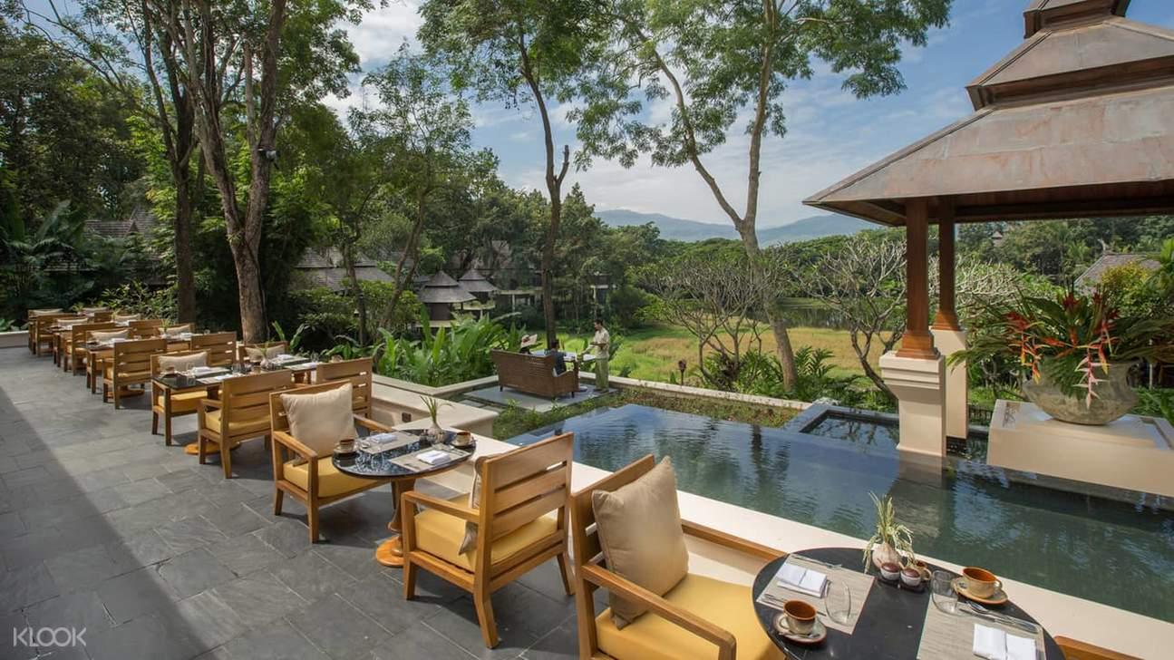 ที่นั่งนอกร้านที่ร้าน Khao by Four Seasons Resort ในเชียงใหม่